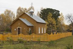 与村庄教会的秋天风景 阁下的变貌的教会在斯帕斯基Pogost 免版税库存图片