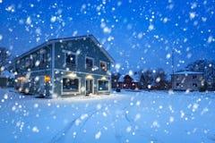 与村庄木房子的冬天风景 库存照片