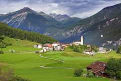 与村庄的美好的农村风景 免版税库存照片