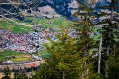 与村庄的美好的山风景 免版税库存照片