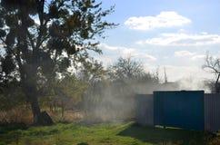 与村庄围场的10月风景 免版税库存图片