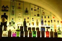 与杜松子酒瓶,事务,时尚的被点燃的架子 免版税库存照片