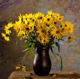 与束的静物画明亮的黄色花(黄金菊) 免版税库存照片