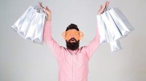 与束纸袋的愉快的购物 购物的上瘾的消费者 如何准备好在您的下个假期 有胡子的人 免版税图库摄影