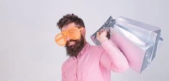与束纸袋的愉快的购物 购物的上瘾的消费者 如何准备好在您的下个假期 有胡子的人 免版税库存图片