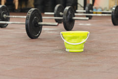 与杠铃的健身房和有镁的一个桶 库存照片