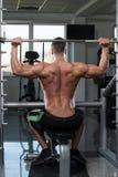 与杠铃的肩膀锻炼 免版税库存照片