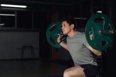 与杠铃的年轻athlere训练刺 体育、体型、生活方式和人概念 库存图片