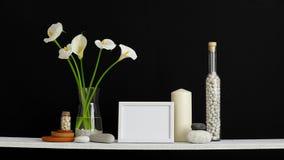 与条板箱的现代室装饰 架子对黑墙壁用装饰仙人掌、玻璃和岩石 郁金香和水芋属在花瓶 股票录像