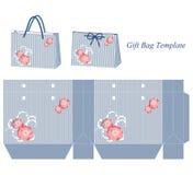 与条纹和桃红色花的蓝色礼物袋子模板 免版税库存图片