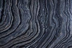 与条纹图形的一块自然灰色石头,告诉了Silver Wave 库存照片