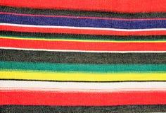 与条纹的墨西哥传统cinco de马约角地毯雨披节日 免版税库存照片