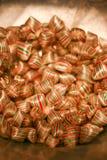 与条纹的甜鲜美五颜六色的糖果 库存图片