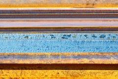 与条纹的生锈的金属背景 免版税库存图片