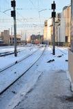 与来到驻地的火车的冬天场面 免版税库存图片