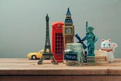 与来自世界各地纪念品的旅行和旅游业概念 计划暑假,金钱预算旅行概念 银行票据贪心放置的节省额 库存照片