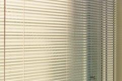 与来自窗口的阳光的铝软百叶帘 E 库存图片
