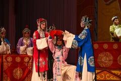 """与杨Family†的牵强的微笑北京Opera""""妇女将军的支持 免版税库存照片"""