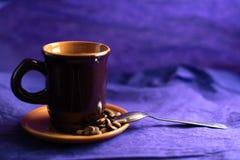 与杯子、咖啡豆和匙子的静物画 免版税库存照片