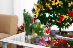 与杯子、花瓶和圣诞节deco的表 库存照片