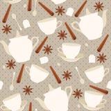 与杯子和茶壶和肉桂条的无缝的样式 图库摄影