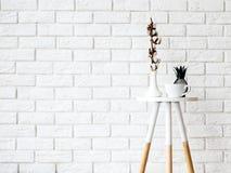 与杯子和装饰的小咖啡桌在白色砖墙ba 免版税图库摄影