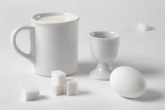 与杯子和鸡蛋的空白静物画 免版税库存图片