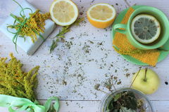 与杯子柠檬茶,用黄麻包裹与粗砺的白皮书和装饰的礼物盒和束的新构成明亮的yello 库存图片