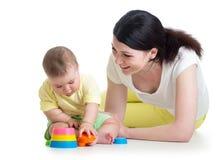 与杯子玩具一起的婴孩和母亲戏剧 图库摄影