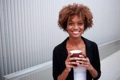 与杯子的俏丽的非洲裔美国人的执行委员 免版税库存照片