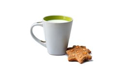 与杯子的可口和美味的饼干牛奶 免版税库存图片