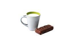 与杯子的可口点心牛奶和奶蛋烘饼 图库摄影