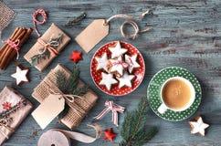 与杯子的土气木背景热的咖啡和礼物wrappin 库存图片