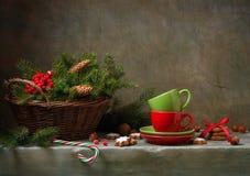 与杯子的圣诞节静物画 免版税库存图片