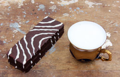 与杯子的巧克力蛋糕牛奶 库存照片