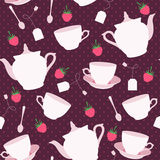 与杯子的无缝的样式和茶壶和莓 免版税图库摄影