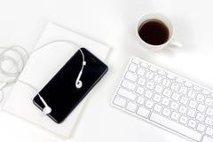 与杯子的最小的白色bussiness工作区浓咖啡 库存照片
