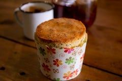 与杯子的松饼和茶在背景中 免版税库存照片