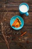 与杯子的甜南瓜馅饼牛奶舱内甲板位置 库存照片