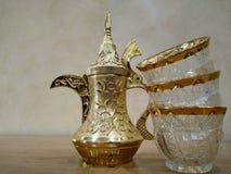 与杯子的阿拉伯咖啡壶 库存照片