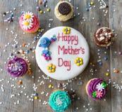 与杯形蛋糕圈子的母亲节蛋糕  图库摄影