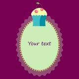 与杯形蛋糕模板的卵形框架邀请的,明信片 库存图片