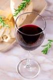 与杯的乳酪红葡萄酒 免版税库存图片