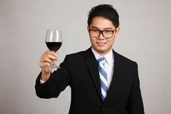 与杯的亚洲商人欢呼红葡萄酒 图库摄影