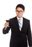 与杯的亚洲商人红葡萄酒 免版税库存照片