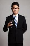与杯的亚洲商人红葡萄酒 免版税库存图片