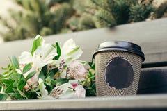 与杯的婚姻的花束 库存图片