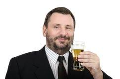 与杯的微笑的干事贮藏啤酒 免版税库存图片