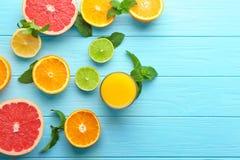 与杯的构成新鲜的汁液和柑橘水果 免版税库存图片