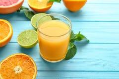 与杯的构成新鲜的汁液和柑橘水果 库存照片